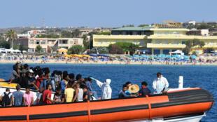 Kiểm tra nhiệt độ một nhóm người di cư, ngoài khơi đảo  Lampedusa, ngày 01/08/2020.