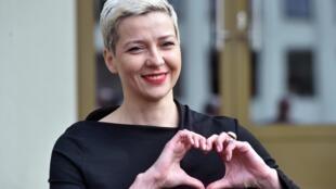 De pelo corto y blanco, con una amplia sonrisa realzada con lápiz labial, y haciendo un corazón con sus manos: la imagen de Maria Kolésnikova es familiar para los bielorrusos.