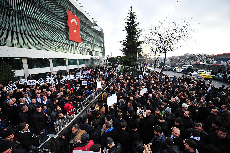 Une foule en colère s'est pressée, dimanche, devant les locaux du journal d'opposition «Zaman», dont les responsables ont été arrêtés.
