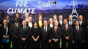 Ảnh chụp chung của lãnh đạo các mạng lưới thị trưởng vì sinh thái toàn cầu với Tổng thống Pháp, 04/12/2015.