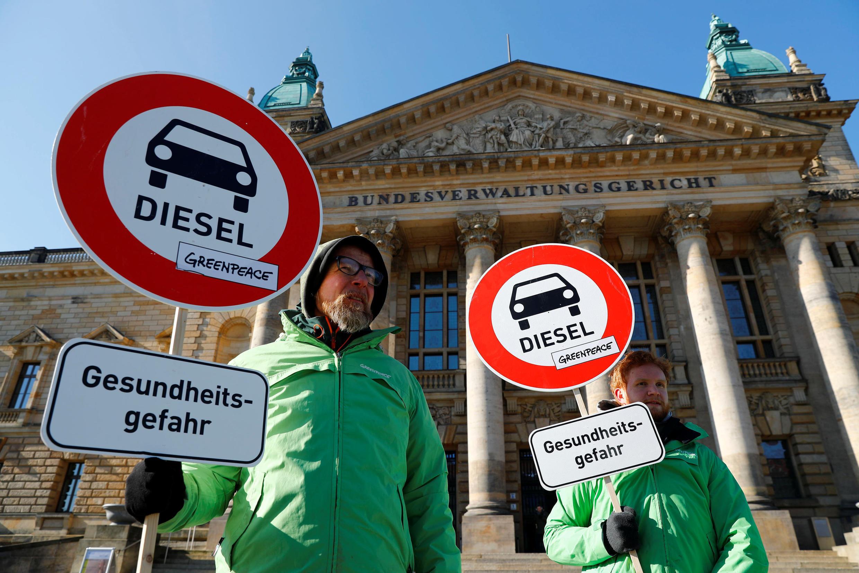 Militantes de Greenpeace delante del Tribunal de Leipzig, febrero de 2018.