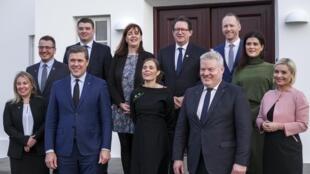 La Première ministre islandaise Katrin Jakobsdottir (au centre), entourée par les membres de son gouvernement, le 30 novembre 2017 à Reykjavik.