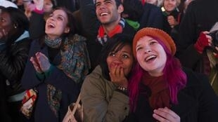 Người dân tập trung tại Times Square ngày 07/11/2011 vui mừng lắng nghe phát biểu của Tổng thống Barack Obama sau khi tái đắc cử.