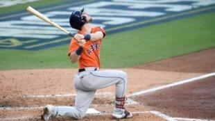 Kyle Tucker, de los Astros de Houston, sigue con la mirada el recorrido de la pelota en una acción de la victoria de sus Astros de Houston ante los Rays de Tampa Bay en el sexto partido de la serie de campeonato de la Liga Americana.