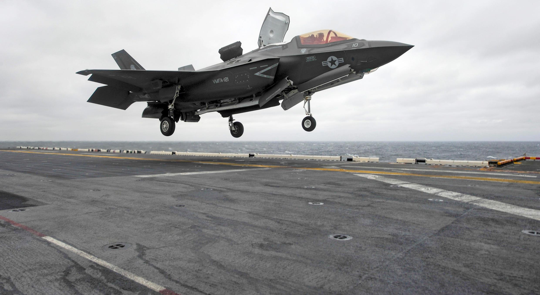 Chiến đấu cơ Mỹ F-35B đáp xuống boong tàu đổ bộ USS Wasp ở ngoài khơi Biển Hoa Đông ngày 05/03/2018.