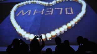 Phông tưởng niệm nạn nhân chuyến bay MH370 trước Lido Hotel, Bắc Kinh, Trung Quốc