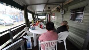 Ces deux retraitées qui vivent depuis plusieurs années dans un camping municipal près de Toulouse sont menacées par la nouvelle loi.