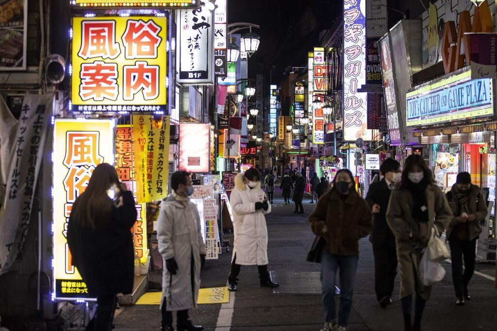 Des Tokyoïtes dans les rues du quartier de Kabukicho le 8 janvier 2021.