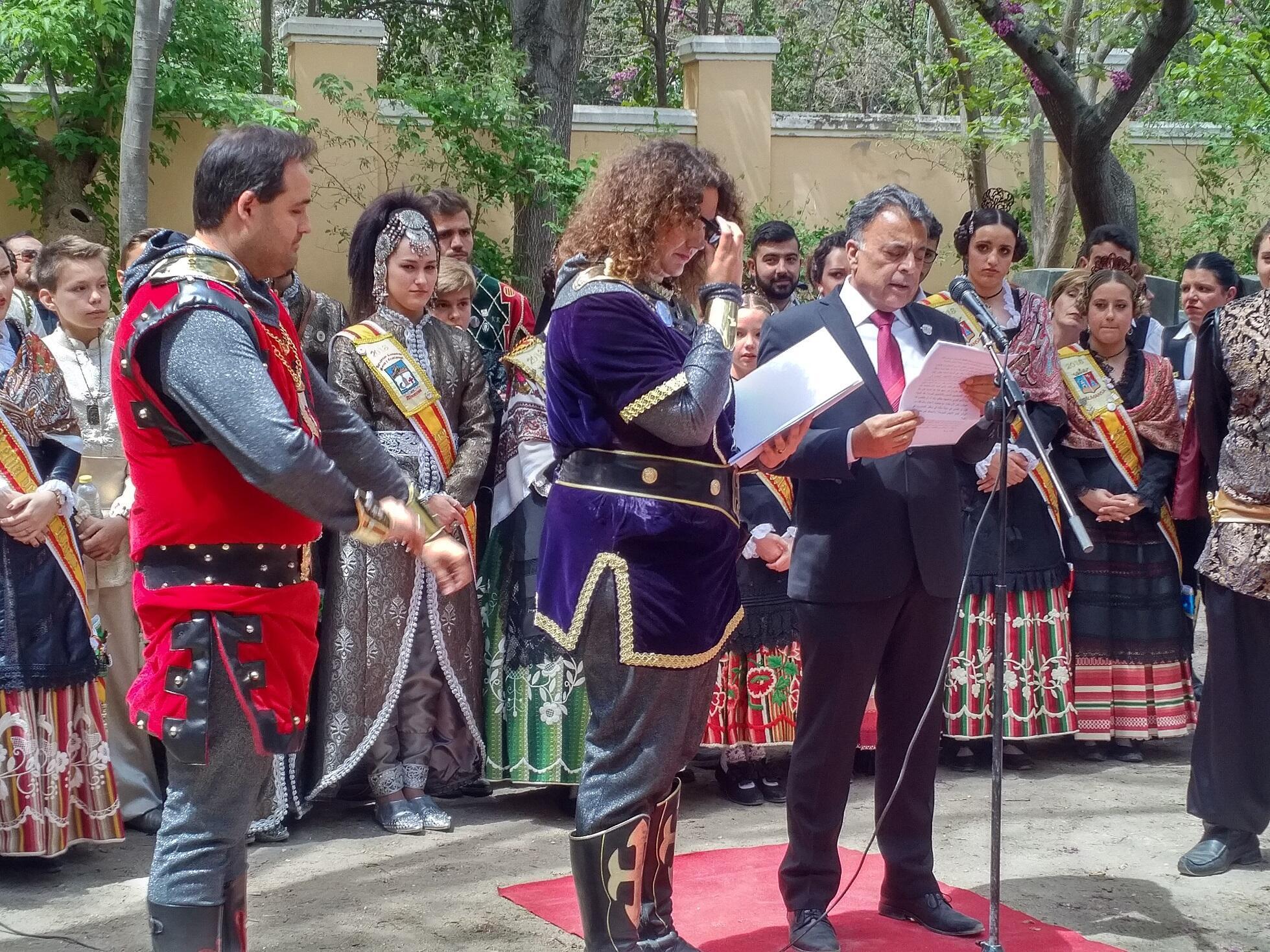 Bachar Yaghi, embajador de la Liga Arabe (D), Belén Cuenca Abellán, historiadora y Francisco Javier Núñez, Alcalde de Almansa durante la inauguración de la fiesta.