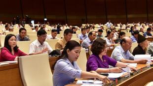 Các đại biểu Quốc Hội Việt Nam chuẩn bị thông qua Luật An ninh mạng tại Hà Nội ngày 12/06/2018.
