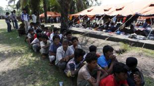 Migrantes Rohingya recién llegados a Indonesia por barco, en el campamento para refugiados Aceh Timur , 21 de mayo de 2015.