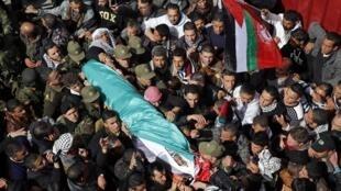 Des Palestiniens portent le corps de Arafat Jaradat pour ses funérailles, le 25 février 2013.