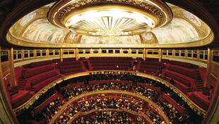 已经有百年历史传统的爱丽舍剧院(Théâtre des Champs-Elysées)继续上演传统经典曲目,保持其特色。为了庆祝其百年的历史,从今年到明年的演出季节会推出丰富的节目。