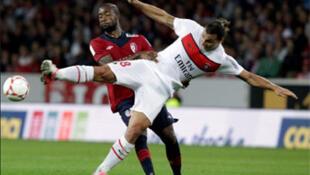 Aurelien Chedjou de Lille (g) et Zlatan Ibrahimovic du PSG (d).
