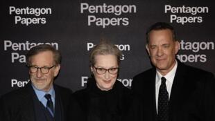 L'équipe du film à paris, le 13 janvier 2018. De gauche à droite: Steven Spielberg, Meryl Streep et Tom Hanks.