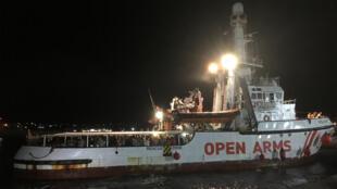 Le 20 août 2019 vers 23h, le navire de l'ONG espagnole Proactiva Open Arms entre dans le port de Lampedusa après 19 jours en mer.