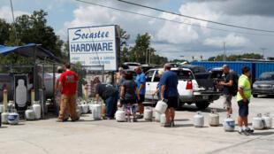 Moradores de Myrtle Beach se abastecem antes de chegada de furacão Florence, na Carolina do Sul.