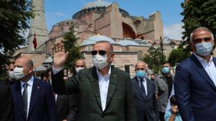 Esta imagen, divulgada por el Servicio de Prensa de la Presidencia de Turquía, muestra al presidente turco, Recep Tayyip Erdogan (C), al salir de la ex basílica de Santa Sofía en Estambul, el 19 de julio de 2020