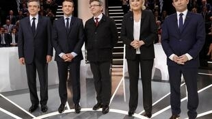 Da esquerda para a direita, Fillon, Macron, Mélenchon, le Pen e Hamon ontem à noite nos estúdios da TF1.