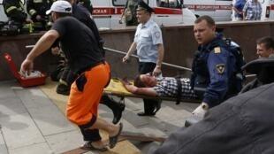 Les services de secours évacuent un passager du métro accidenté ce mardi 15 juillet.