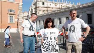 Des activistes attendent Pietro Orlandi, frère d'Emanuela Orlandi, disparue il y a 36 ans, après l'ouverture de deux tombes dans un cimetière, pour tester l'ADN des os et résoudre l'un des mystères les plus persistants d'Italie au Vatican, le 11 juillet.