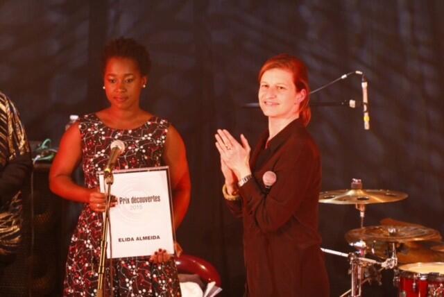 Élida Almeida aplaudida por Cécile Mégie, directora da RFI, na entrega do Prémio Découvertes 2015 em Paris a 4 de Abril de 2016