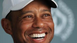 En esta foto de archivo el estadounidense Tiger Woods habla con los medios de comunicación después de jugar en la segunda ronda de The Memorial Tournament el 17 de julio de 2020 en el Muirfield Village Golf Club en Dublín, Ohio