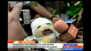 El periodista boliviano Fernando Vidal ante los micrófonos de los medios