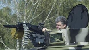 Rais wa Ukraine,Petro Porochenko, akionesha jeshi lake silaha mpya walizopata kwa lengo la kuvunja uasi mashariki mwa Ukraine
