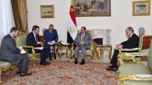 ژنرال عبدالفتاح سیسی، رئیس جمهوری مصر، در گفتوگویی با خبرنگاران روزنامه ایتالیایی La Repubblica در محل ریاست جمهوری در قاهره.