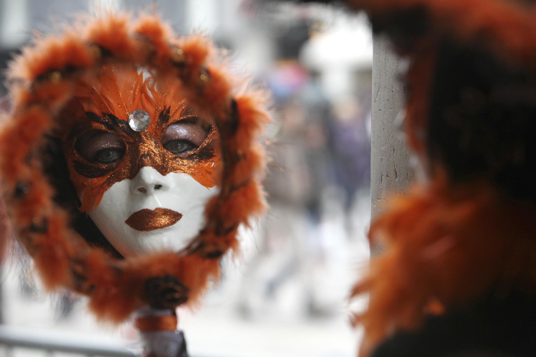 No Carnaval de Veneza pode se ver na praça de São Marcos, espalhando-se depois pelas ruas e canais, foliões com belas máscaras e fantasias que passeiam e são fotografados.