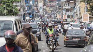 Une rue de la capitale de la Sierra Leone, Freetown.