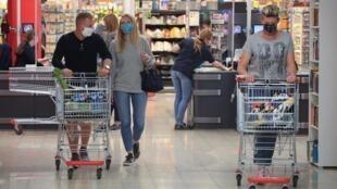 从4月27日开始德国要求国民在搭乘公共交通和几乎所有商店时必须戴口罩。