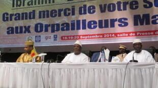 Le président malien Ibrahim Boubacar Keïta devant une affiche sur «les orpailleurs qui doivent devenir des soldats de l'environnement».