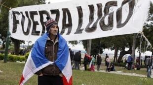 Manifestante pró-Fernando Lugo aguarda, na frente do congresso paraguaio, decisão sobre permanência do presidente no poder, nesta sexta-feira.