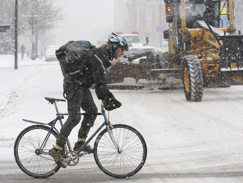 Un homme à vélo à Montréal.