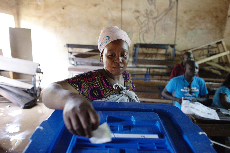 Une électrice malienne vote à Bamako, lors du second tour de l'élection présidentielle, le 11 août 2013.