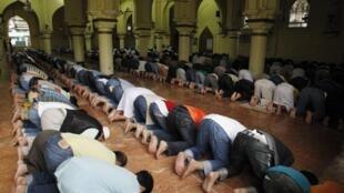Muçulmanos rezam em uma mesquita de Manila, Filipinas, neste primeiro dia de ramadã.