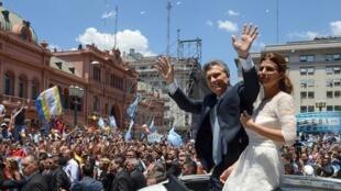 Le président argentin Mauricio Macri et sa femme Juliana Awada devant une foule d'Argentins venus écouter son discours d'investiture à Buenos Aires, le 10 décembre 2015.