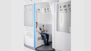 La cabine de télémédecine de H4D, réunit instruments de mesures professionnels, écrans et système de communication. Elle permet la capture et le partage de données de santé fiables et reproductibles.