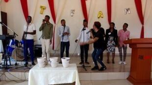 Des jeunes choristes dans l'église TFAM qui prône l'ouverture aux personnes LGBT à Kigali en octobre 2019.