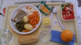 Un plateau repas d'hôpital au Pôle santé de Carpentras.