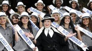 Geneviève de Fontenay, entourée des candidates à l'élection Miss Nationale 2011, le 2 décembre 2010 à Paris.