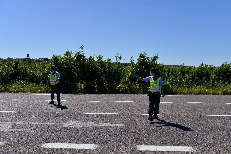 Unos Mossos d'Esquadra, en un control policial en la autopista de Corbins, cerca de la ciudad española de Lérida, el 4 de julio de 2020