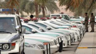 Magari ya polisi ya Saudi arabia yakiegeshwa katikati ya mji wa Riyadh. Vikosi vya usalama iko makini kwa tishio makundi ya kijihadi.