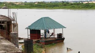 Une station essence flottante dans le delta du Niger, le 19 mai 2016.