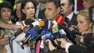 Aécio Neves fala com jornalistas no aeroporto de Caracas.