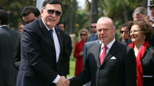Le Premier ministre français Bernard Cazeneuve a rencontré son homologue libyen Fayez al-Sarraj lors d'une visite à Tunis, le 7 avril 2017.