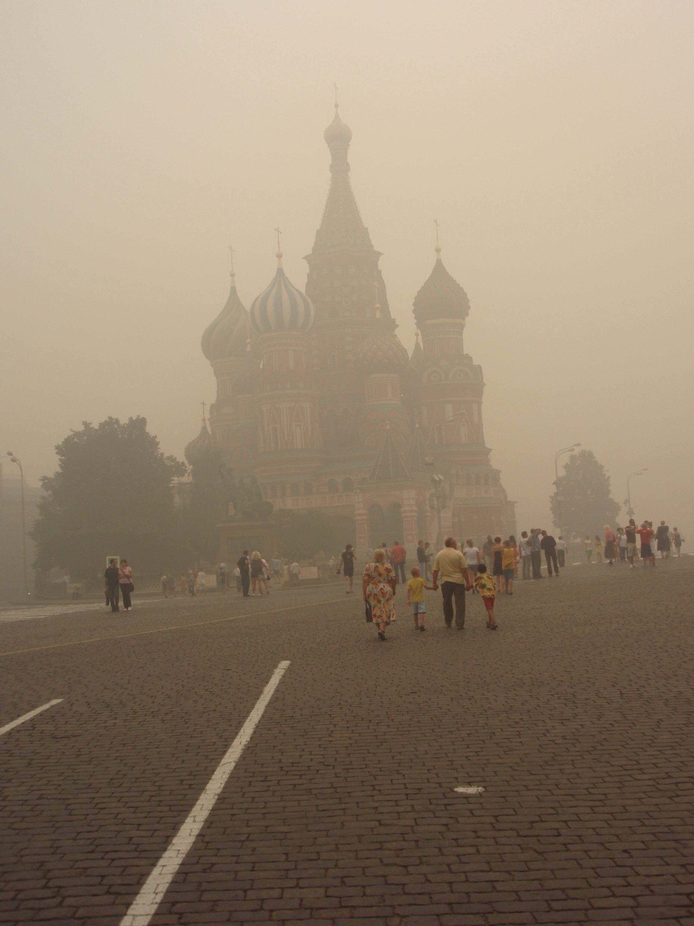 Fumaça provocada por incêndios cobre ruas de Moscou.