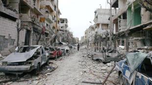 Uma rua do reduto rebelde de Guta Oriental, alvo de bombardeios constantes do regime sírio há três semanas.